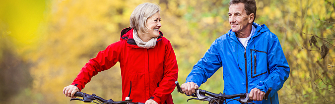 wellness65+-article_active-seniors-walking-with-bikes_180627