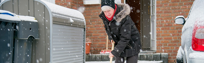 wellness65-article_older-woman-shoveling-snow_161228